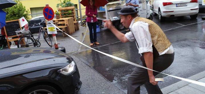 -Straßentheater Irrwisch, Rudi Hebinger hält ein Auto auf