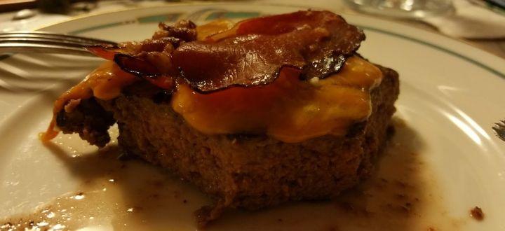 -Rindfleischburger mit Käse und Speck