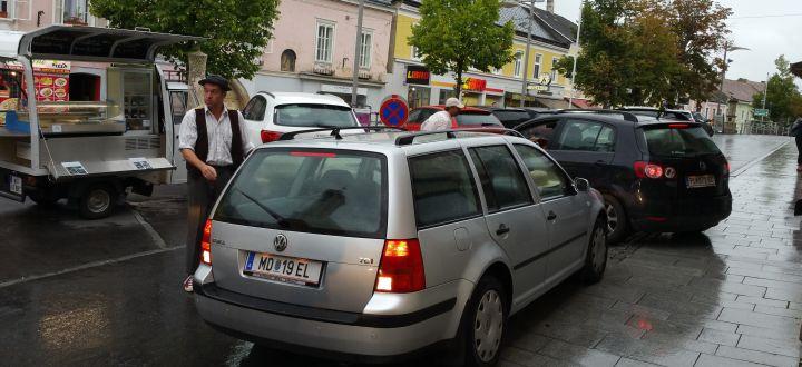 -Rudi Hebinger bei einer Straßentheater Aktion in Neulengbach