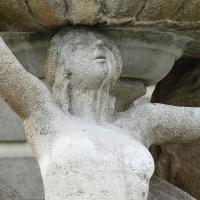 Die Last, die es zu tragen gilt ...-Steinfigur Frauen tragen einen Brunnen, Quelle pixabay