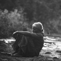 Den Rücken zugewandt ...-Frau am Ufer, Quelle pixabay